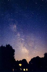 Karanlık bir gecede aynı yerden çekilen resim