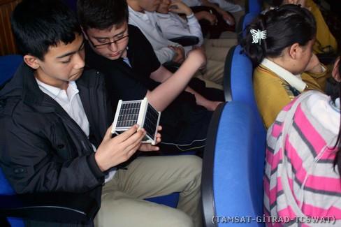 Öğrenciler 1U'luk uydu yapısını yakından incelerken.