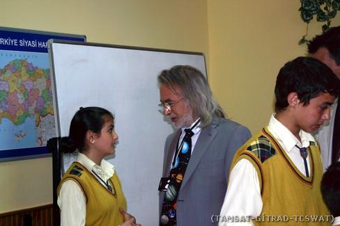 Elif ÇELİK isimli öğrenci Sayın DERMAN ile sohbet ederken.