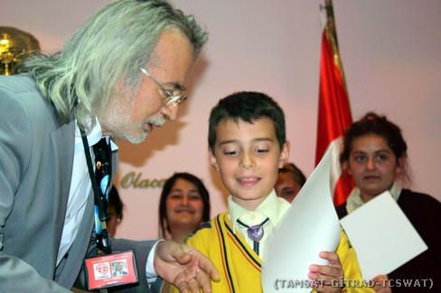 Yaş olarak en küçük öğrencimize Sayın DERMAN tarafından Katılım Belgesinin verilmesi