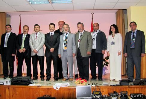 Keşap Anadolu Lisesi personeli ve konuşmacılarla toplu resim.