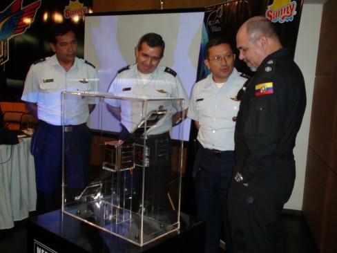 Resim-. Projeye katılan Arjantin Hava Kuvvetleri Personeli uydu ile birlikte. (Image credit © EXA)