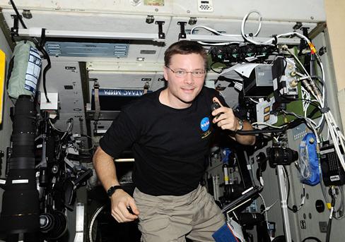Resim-Astronot ve uçuş mühendisi Doug Wheelock (KF5BOC) Kenwood TM-D7000 telsizi ile görüşme yaparken.