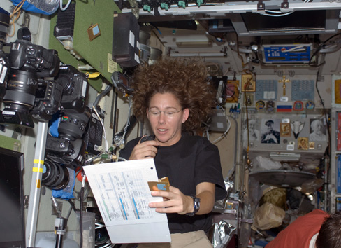 Resim- Kadın astronot ve uçuş mühendisi Sandra Magnus amatör telsiz donanımını kullanırken.